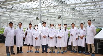 采访京东植物工厂合影